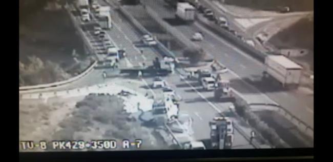 Reabierto al tráfico en la A7 a su paso por Vícar tras volcar un camión