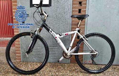 Detenidos dos especialistas en forzar candados de bicicletas y una perista
