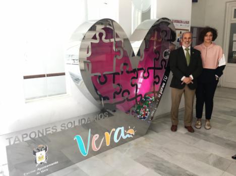 """Un gran """"corazón solidario"""" para recoger tapones en Vera"""
