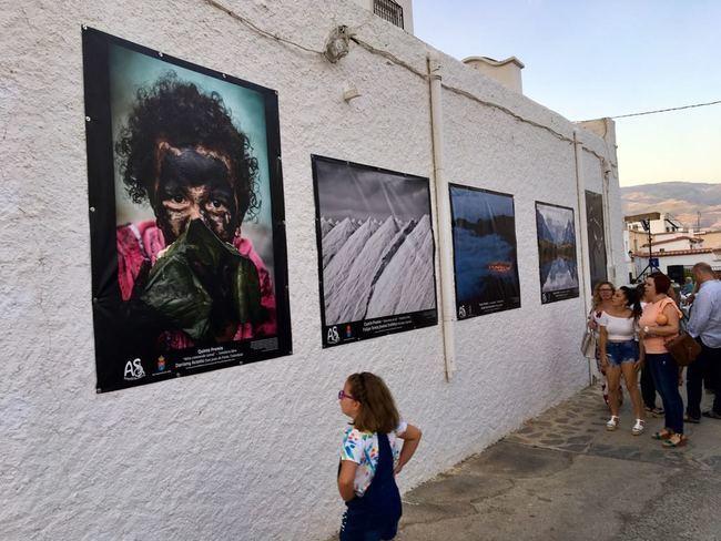 Abla viste el barrio de San Antón con fotografías del concurso ArteSOSlidario
