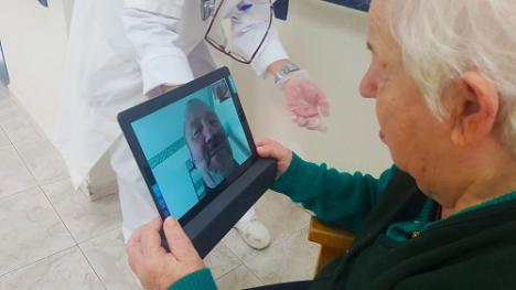 Diputación 'conecta' por videoconferencia a los usuarios de la Residencia Asistida con sus familias