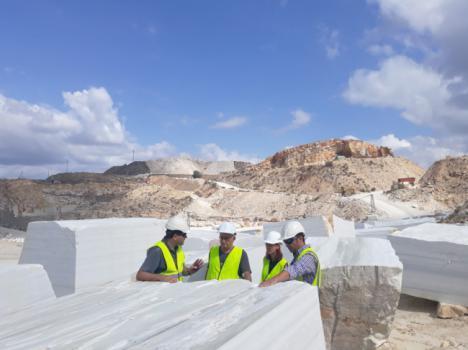 El responsable de la reconstrucción del Patio de Vélez-Blanco busca mármol en Macael