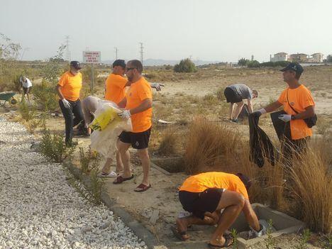 Voluntarios limpian la basura en La Cabuzana de Vera