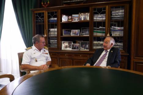 Amat se despide del comandante naval antes de su marcha a Melilla
