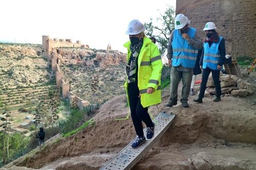 Cabrera visita los sondeos para el proyecto del recinto Norte de La Alcazaba