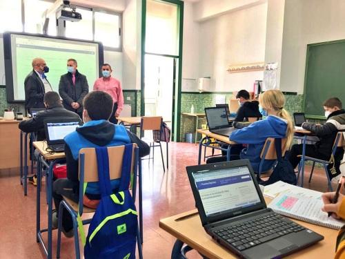 El delegado de Educación conoce el proyecto Aeroespacial del CEIP Nuestra Sra. de la Asunción