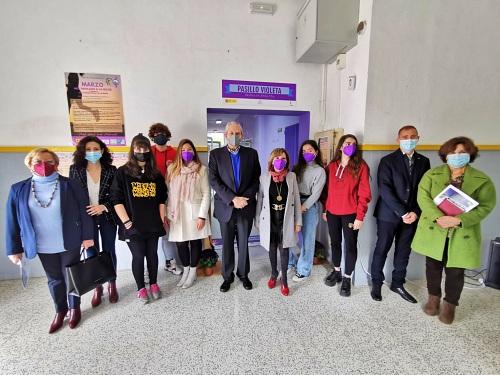 El delegado de Educación visita 'Pasillo Violeta' del IES El Palmeral de Vera