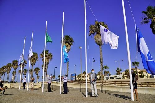 Izadas las banderas de calidad y seguridad en Roquetas de Mar