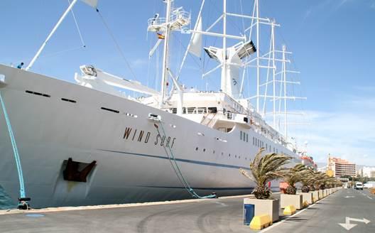 El crucero 'Wind Surf' realiza el martes su cuarta escala de este año en el Puerto de Almería