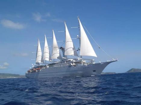 El velero Wind Star hace escala en el Puerto de Almería