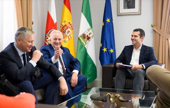 Yuri Chugúyev entrega la partitura de la fantasía sinfónica 'Almería' al alcalde