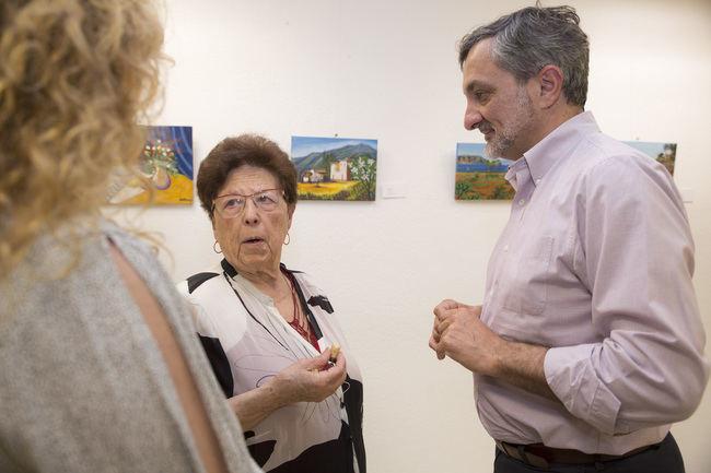 Las 'Primeras Pinceladas' de la artista novel Rosario Carmona llena el Espacio de Mujeres