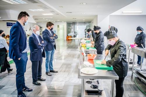 El alcalde de Roquetas visita los cursos POEFE de Cocina y Restauración