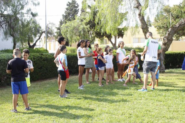 'El Juego de la Manzana', 'Atrapa al loco de Juande' y 'El Balón Mareado' entretienen a los vecinos de El Solanillo