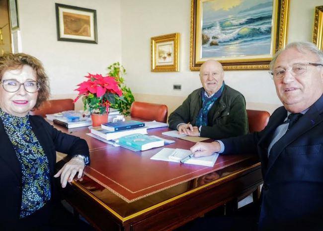 El presidente saliente y la entrante de las AAVV visitan a Caicedo