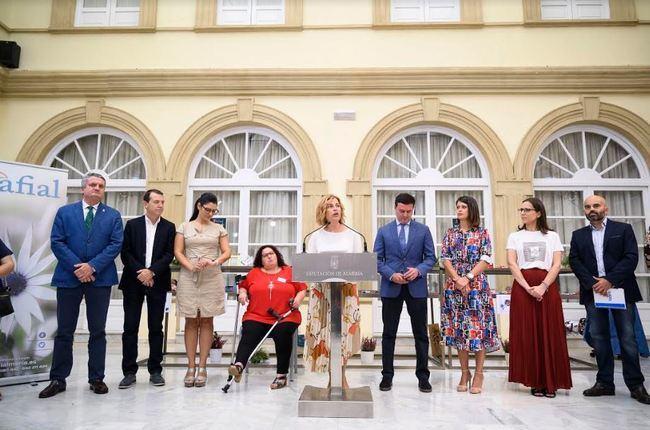 Paola Laynez anima a los almerienses a colaborar con la asociación AFIAL