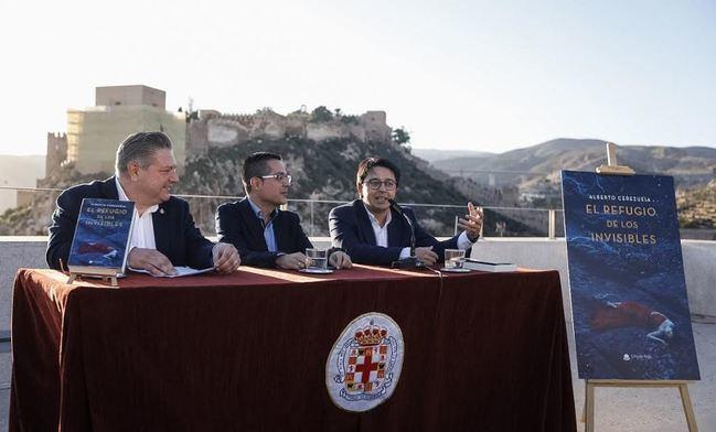 Alberto Cerezuela se pasea por Almería en la trama policiaca 'El refugio de los invisibles'