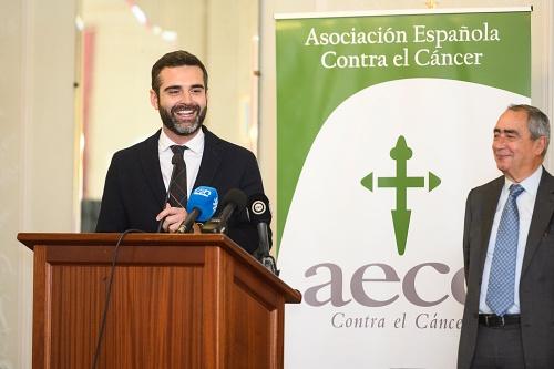 El alcalde agradece a la AECC la gran labor que desarrolla