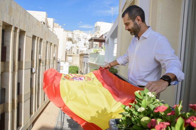 El Ayuntamiento regala banderas con motivo del 12-O