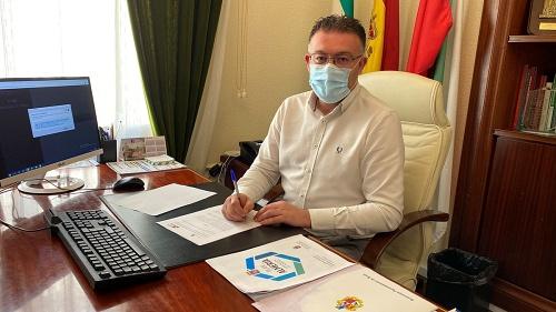 El alcalde de Berja firma un convenio con UPTA para fortalecer el empleo autónomo