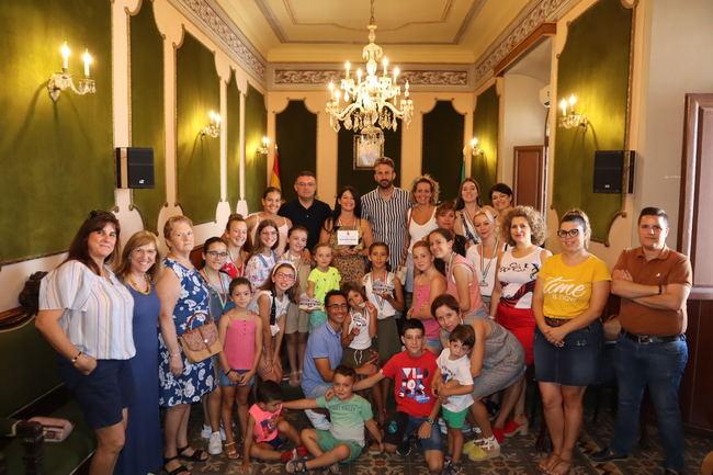 El alcalde de Berja recibe a la Academia de Baile tras su triunfo en Roma