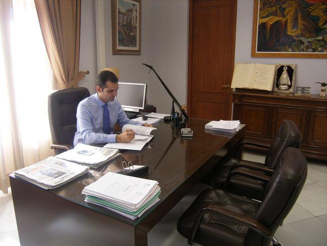 El alcalde se reune el martes con toda la oposición para abodar la investidura