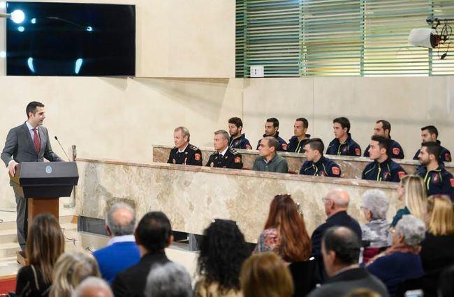 El alcalde felicita a los diez bomberos que han tomado hoy posesión