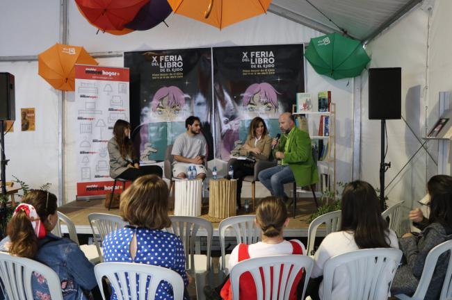 Cientos de personas en el encuentro literario con la autora infantil Almudena Cid