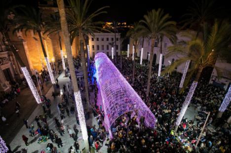 Fuegos artificiales y un espectáculo de luz y sonido para dar la bienvenida a la Navidad en Almería