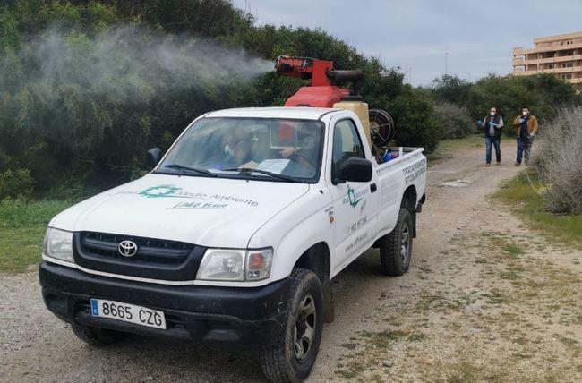 Tareas de control y los tratamientos de erradicación de mosquitos en Almerimar