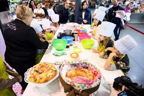 Los más pequeños aprenden a hacer un roscón de Reyes en el Mercado Central