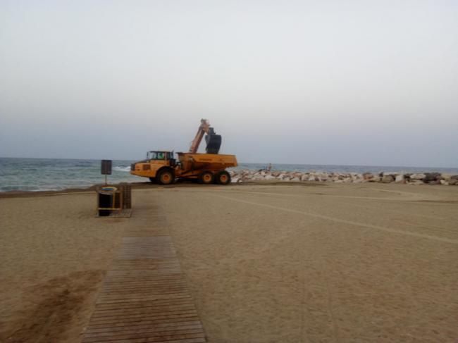 El Ayuntamiento de Garrucha recupera la playa con medios propios y la supervisión de Costas