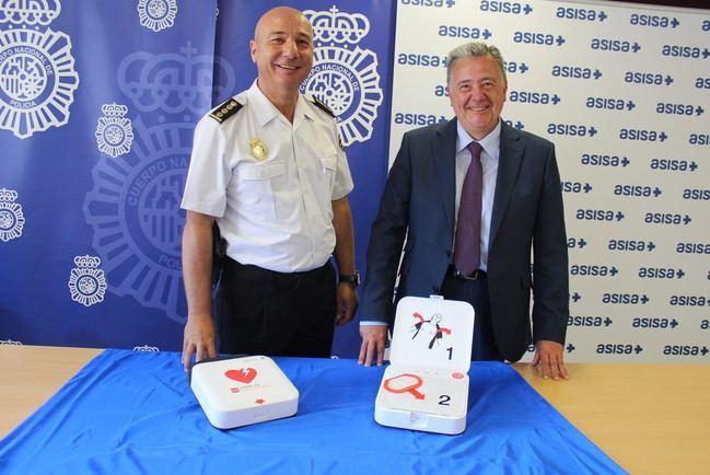 La Policía Nacional incorpora dos desfibriladores gracias a la donación de ASISA