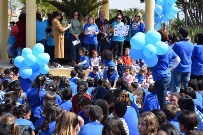 Vícar se tiñe de azul para concienciar sobre el autismo