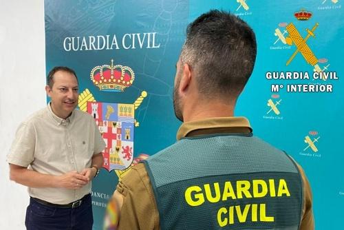 Guardia Civil fuera de servicio auxilia a una mujer herida al tropezar en una calle en obras