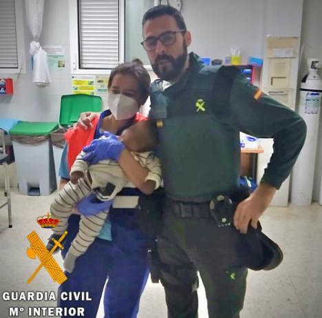 La Guardia Civil salva la vida a un bebé de siete meses en Roquetas de Mar