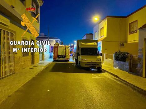 Guardia Civil y Bomberos auxilian a una persona que estaba en un bloque en llamas