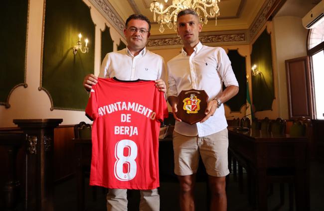 Berja homenajea a Salva Sevilla poniendo su nombre al campo de fútbol