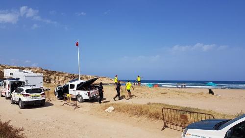 Policía Local de Níjar denuncia a ocho bañistas por bañarse con bandera roja