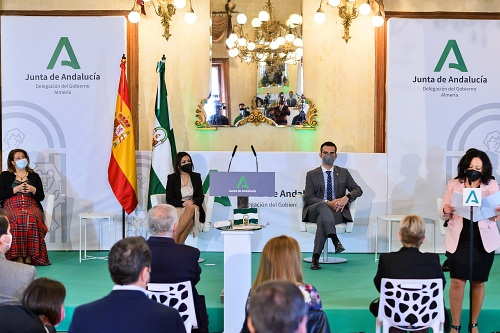 El alcalde entrega la bandera de Andalucía al Instituto de Estudios Almerienses
