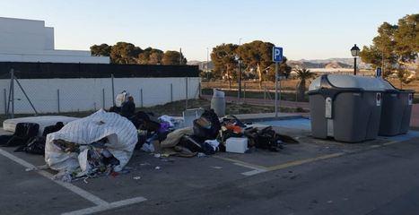 Policía Local de Vera denuncia a tres vecinos por tirar basura en la vía pública