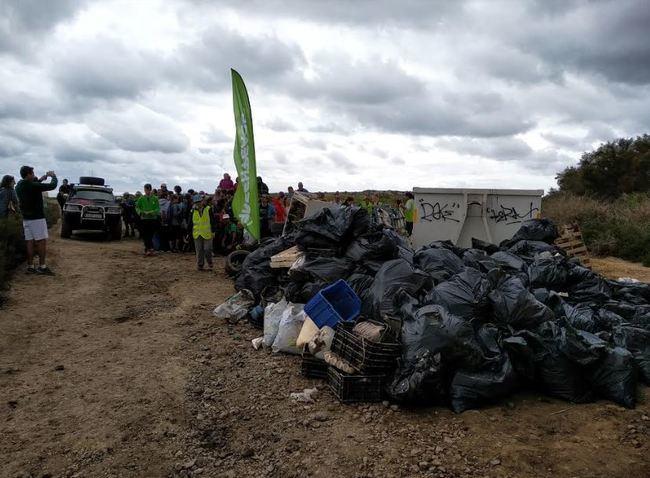 Voluntarios recogen 3 toneladas de residuos en una rambla con protección ambiental