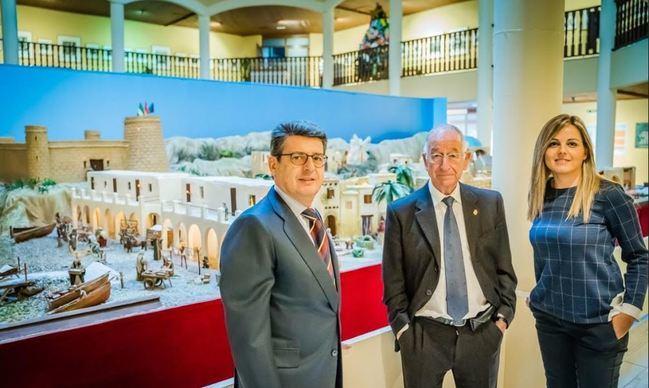 El diputado Matarí visita el Belén monumental de Roquetas