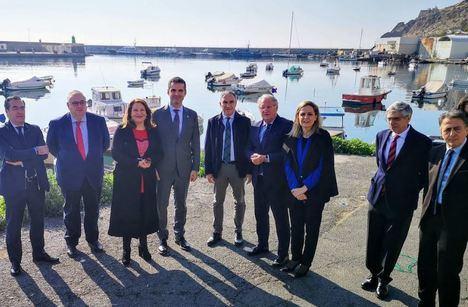 El consejero Bendodo conoce los proyectos del Puerto de Almería