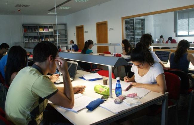 La Biblioteca Joven Verá Refuerza Su Horario para Los Exámenes Universitarios