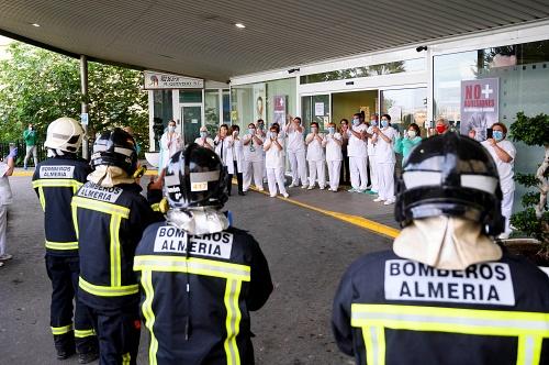 Bomberos de Almería aplauden al personal sanitario a las puertas de Torrecárdenas
