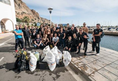 Cerca de 40 buceadores recogen más de 400 kilos de basura en el puerto de Aguadulce