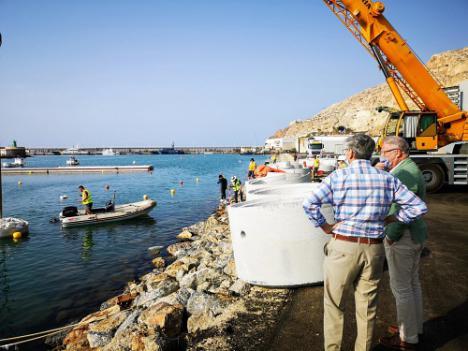 La Autoridad Portuaria de Almería instala los pantalanes en el nuevo fondeadero