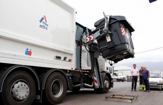 Ayuntamiento de Adra suma un camión de baldeo y nuevos vehículos para reforzar el mantenimiento
