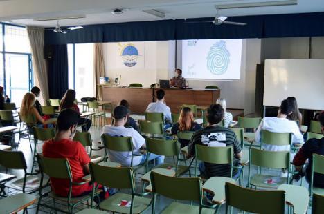 Los alumnos del IES Albaida reciben una charla sobre producción cultural de José Manuel Mouriño